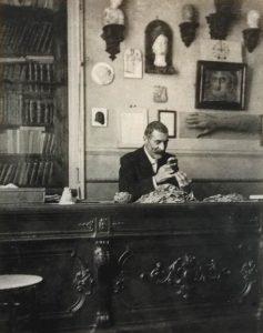 Giovanni Dattari nel suo studio.