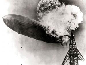 Il momento dell'esplosione del dirigibile LZ 129 Hindenburg