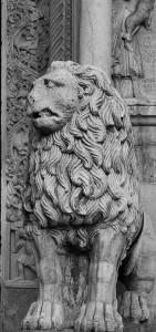 Un leone posto ai lati del Duomo di Modena