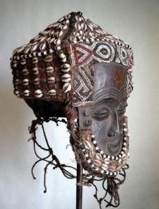Maschera in legno, cauri, perline, etnia Lele, D.R. Congo (da africarte.it)
