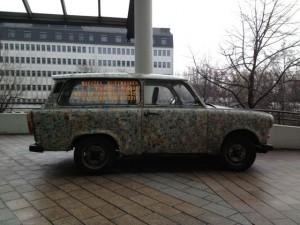 Una caratteristica Trabant, la vettura simbolo della ex DDR, decorata con francobolli